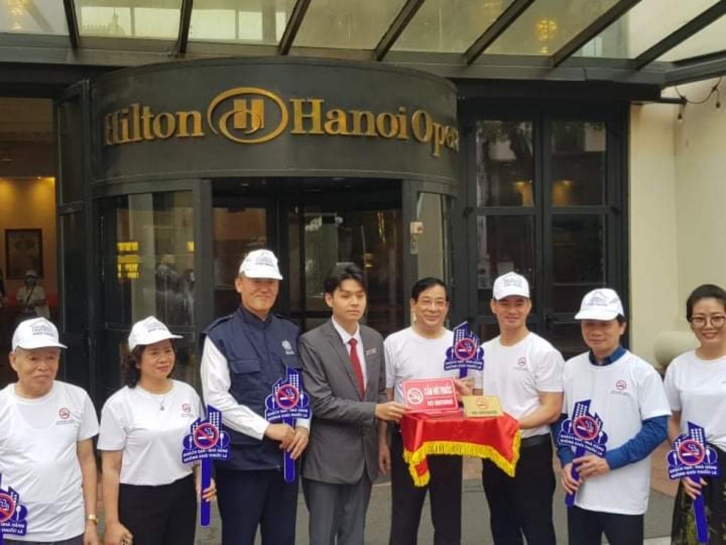 Đại diện của Tổ chức Y tế thế giới (WHO) tại Việt Nam và Giám đốc Quỹ Phòng, chống tác hại của thuốc lá-Bộ Y tế Lương Ngọc Khuê gắn biển cấm hút thuốc tại khách sạn Hilton Hanoi Opera