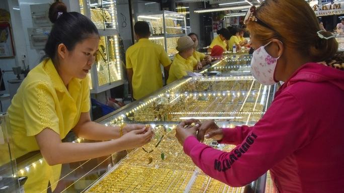 Giá vàng hôm nay 24/2: Giá vàng khó lường, người mua nên thận trọng